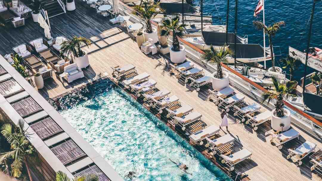 Pourquoi choisir une piscine Desjoyaux ?